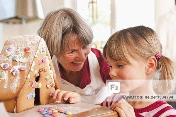 Oma und Enkelin backen Kuchen