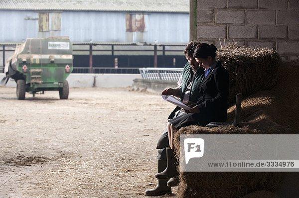 Geschäftsfrau bei der Beratung von Landwirten