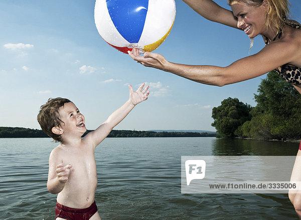 Ballversuch eines Kindes