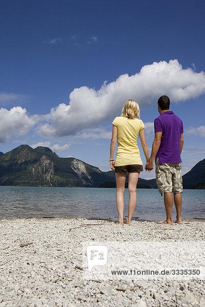 Ein Paar steht an einem See