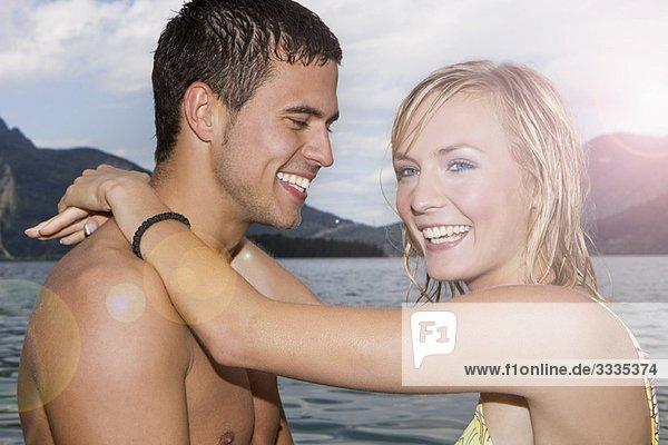 Ein Paar  das sich umarmt und lacht.