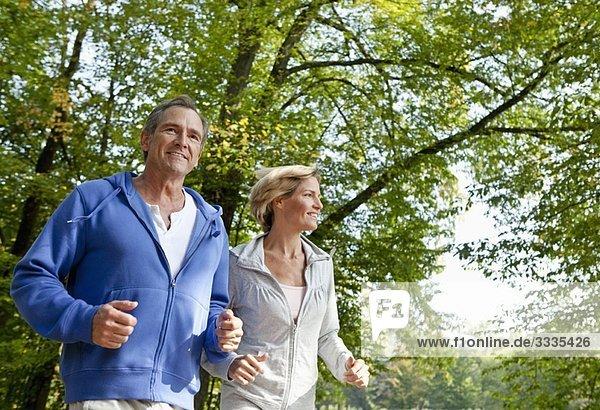 Jogging für Paare mittleren Alters Jogging für Paare mittleren Alters