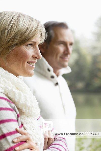 Porträt eines Paares mittleren Alters im Freien Porträt eines Paares mittleren Alters im Freien