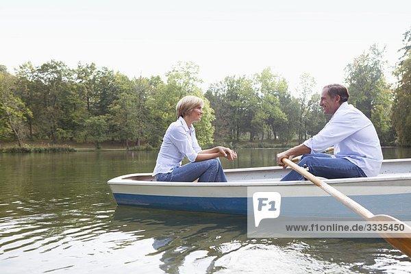 Mittelalterliches Paar im Ruderboot