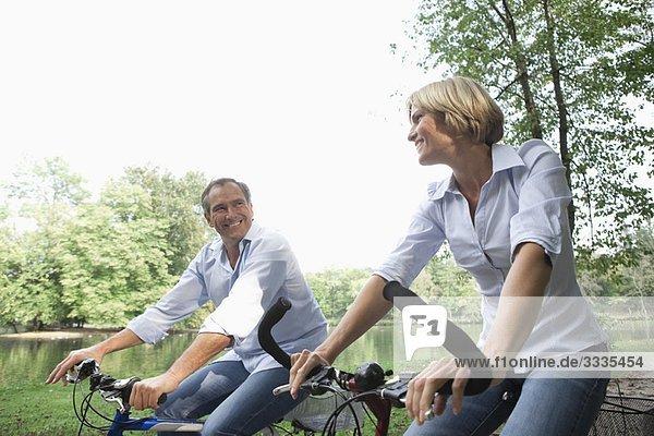 Mittelalterliches Paar auf Fahrrädern