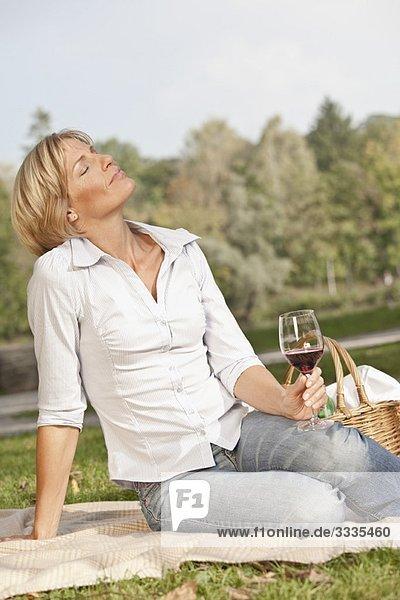 Frau mit einem Glas Wein Frau mit einem Glas Wein