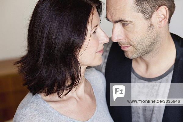 Paar schaut sich in die Augen