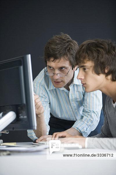 Schüler und Lehrer nutzen gemeinsam den Computer