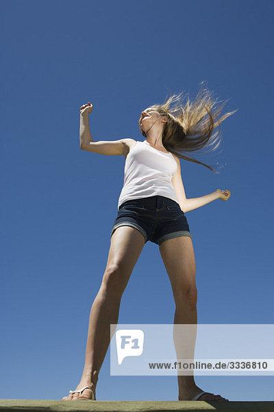 Junge Frau tanzt im Freien