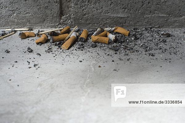 Weggeworfene Zigarettenstummel auf dem Boden