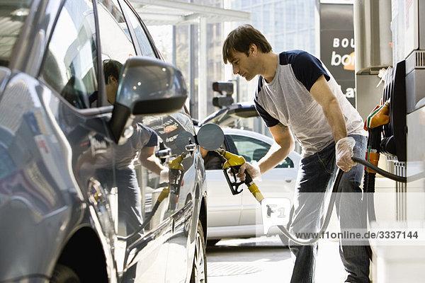 Mann Betankungsfahrzeug an der Tankstelle