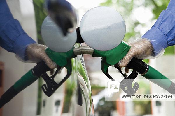 Betankungsfahrzeug an der Tankstelle