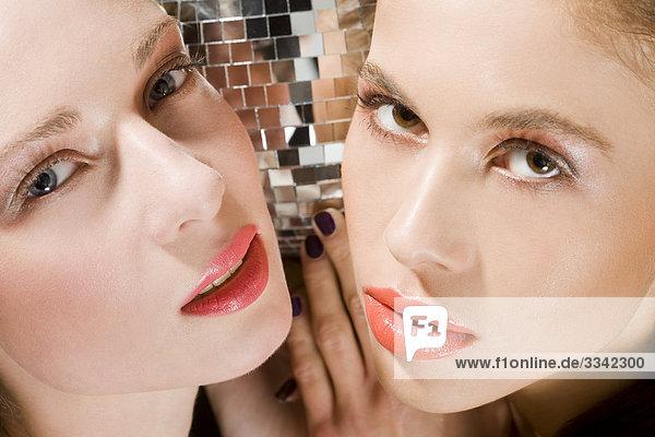 Zwei junge Frauen mit roten Lippen