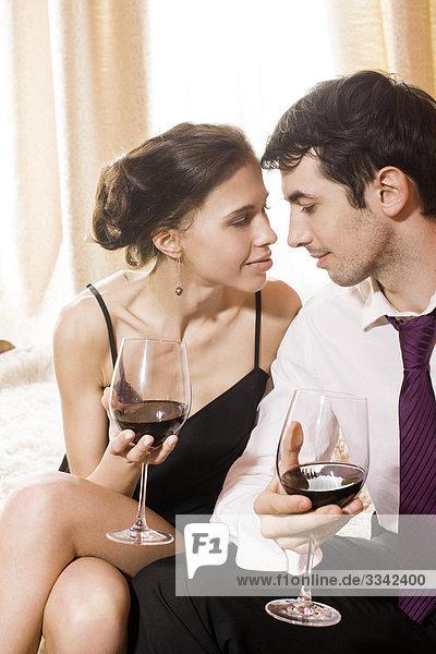 glückliches paar Rotwein trinken