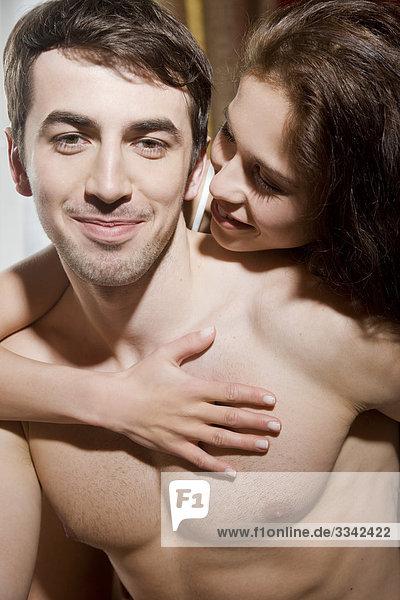 Frau kissing Mann im Bett
