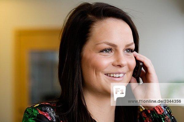 Teenagerin mit ihrem Mobiltelefon  Schweden.