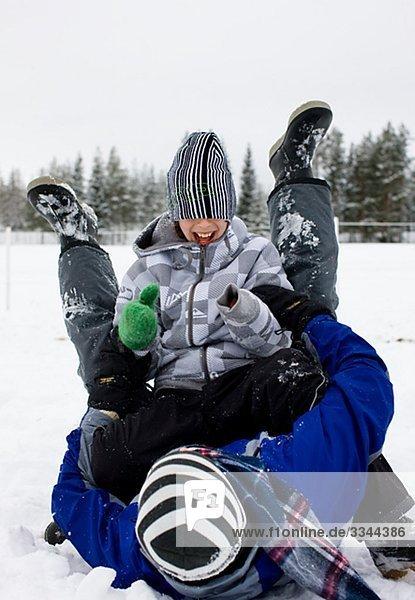 Vater und Sohn spielen im Schnee  Schweden.