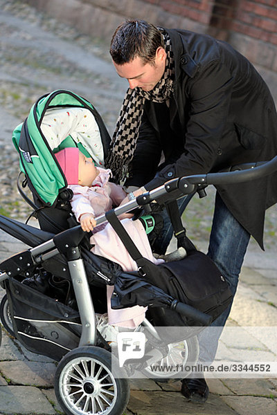 Vater mit seiner Tochter  Schweden.