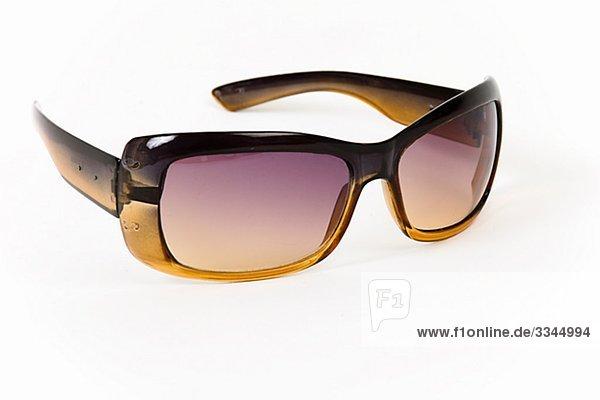 Sonnenbrille vor weißen Hintergrund.