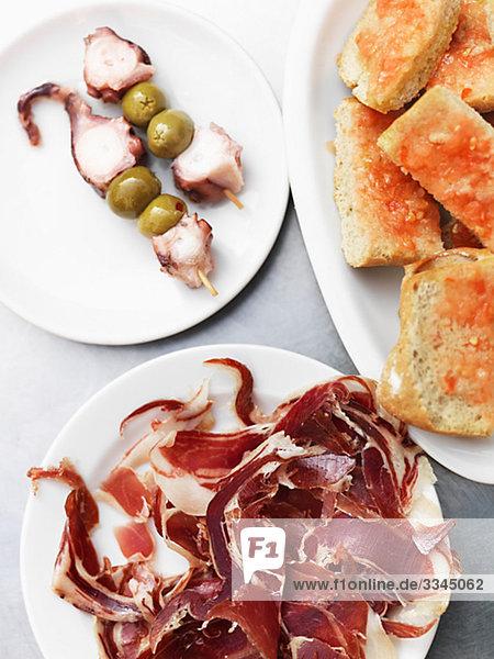 Platte mit Tintenfisch  Oliven  Brot und Schinken Spanien.