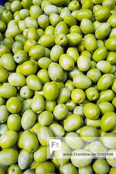 Grüne Oliven in einem Markt  Italien.