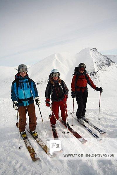 Drei Skifahrer auf Berggipfel  Lappland  Schweden.