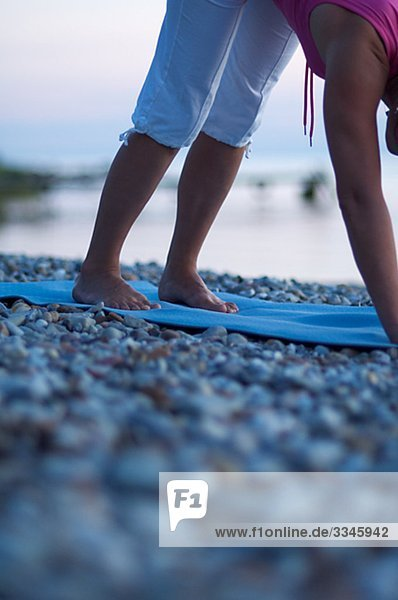 Ein Frau macht Yoga  Gotland  Schweden.