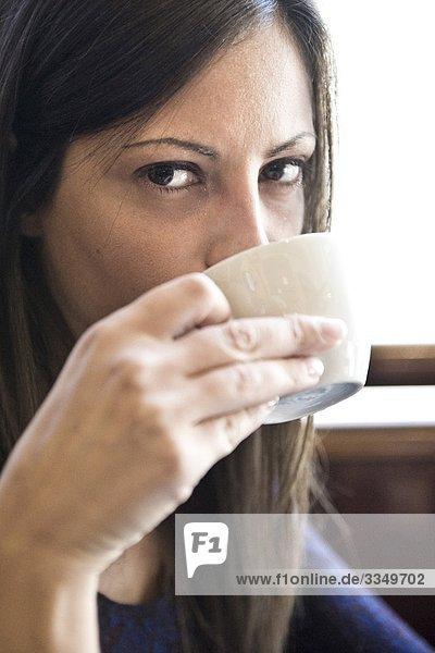 Frau trinkt aus Cup,  Nahaufnahme