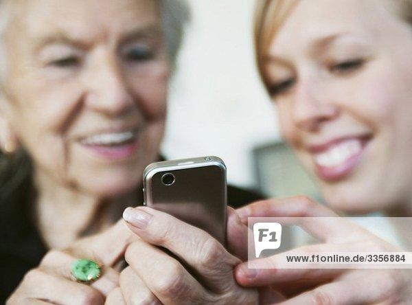 Nahaufnahme von zwei Frauen und einem Handy