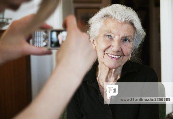 Frau fotografiert mit Fotohandy