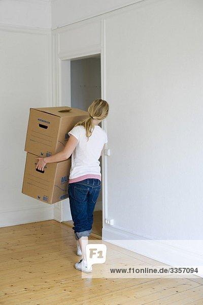 Frau verlagert Kisten