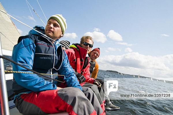 Männer auf dem Segelboot
