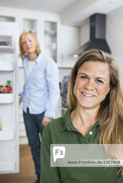 lesbisches Paar in der Küche
