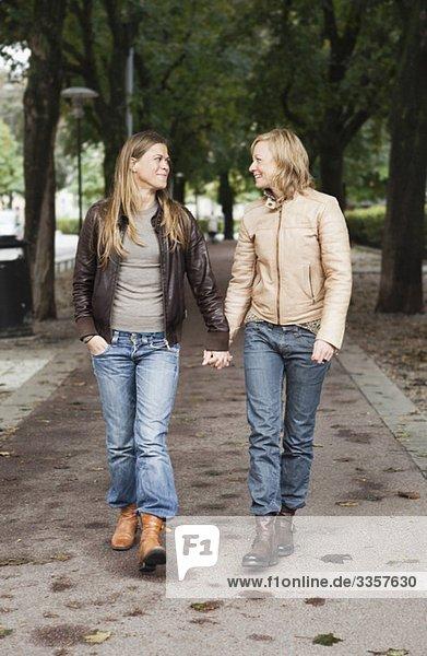 Freundinnen beim Händchenhalten, Freundinnen beim Händchenhalten