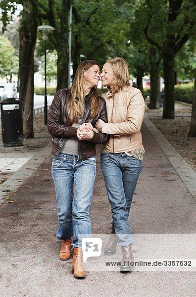 Verliebte Frauen beim Gehen Verliebte Frauen beim Gehen
