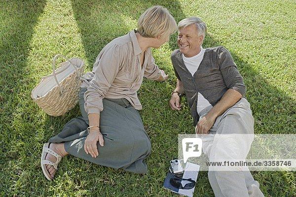 Mann und Frau entspannen im Gras