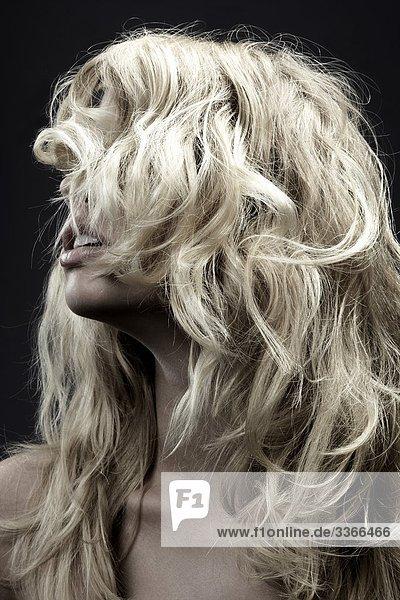 Junge Frau mit lockigen Haaren  Porträt
