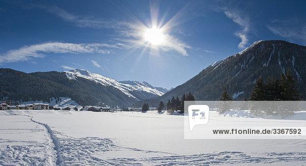 blauer Himmel wolkenloser Himmel wolkenlos Berg Winter Landschaft Gebäude Schnee Tal Alpen Kanton Graubünden Sonne Schweiz Kanton Graubünden