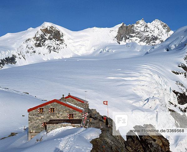 Hütte Berg Winter Wohnhaus Handel Restaurant Fahne Gastronomie Schnee Schweiz Kanton Wallis Berghütte