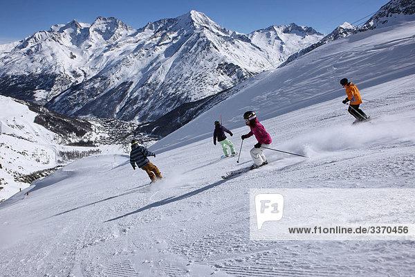 Rollbahn Berg Winter Snowboarding 4 Mensch schnitzen Skisport Ski Saas Fee Schnee schweizerisch Schweiz Wintersport Kanton Wallis