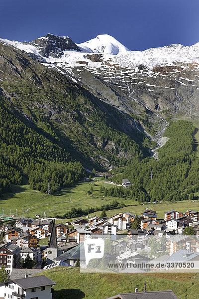 Landschaftlich schön landschaftlich reizvoll Berg Wohnhaus Gebäude Natur Platz Saas Fee Schnee schweizerisch Schweiz Kanton Wallis