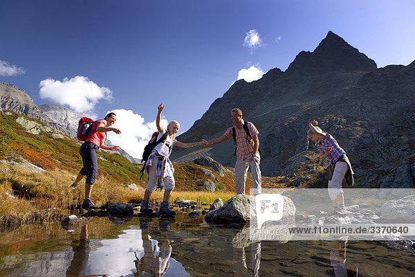 Landschaftlich schön landschaftlich reizvoll Berg Wolke gehen Weg Mensch See Natur wandern Kanton Graubünden Wanderweg Bergsee schweizerisch Schweiz
