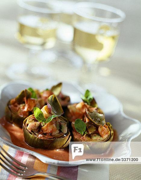 Artischocken Salat serviert in halben Artischocken