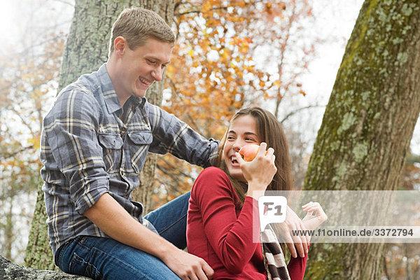 Glückliches junges Paar im Wald