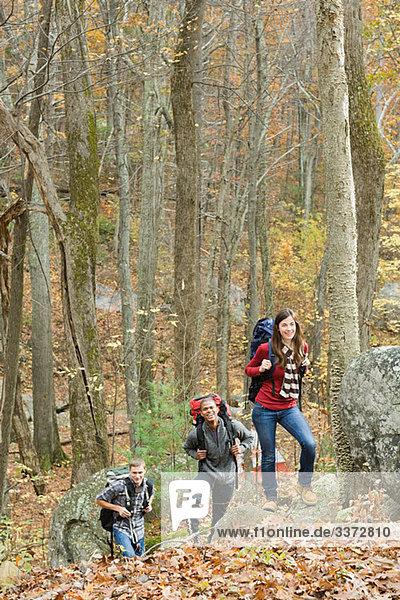 Jugendliche wandern durch den Wald