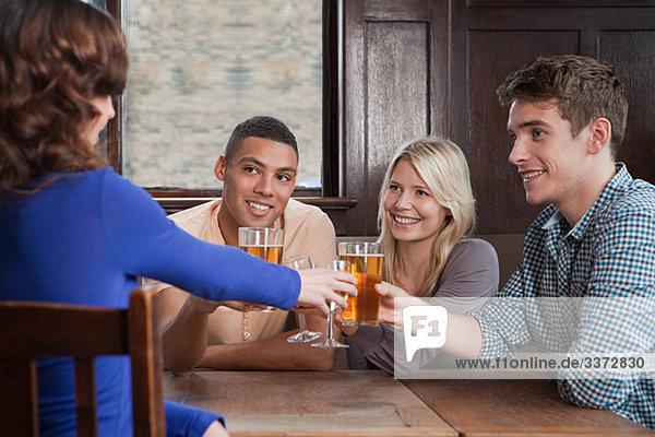 Freunde toasten in der Bar