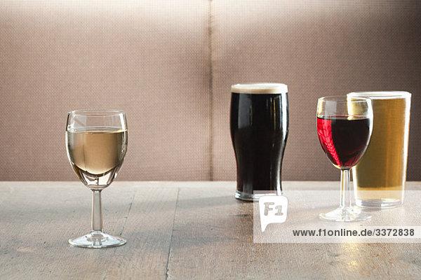 Wein- und Biergläser auf dem Tisch in der Bar