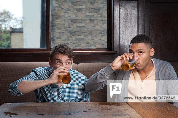 Junge Männer trinken Bier in der Bar