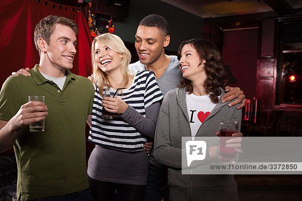 Freunde in der Bar