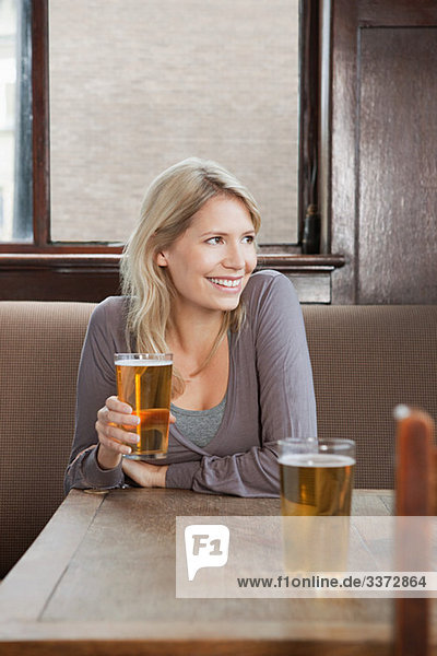 Junge Frau in der Bar